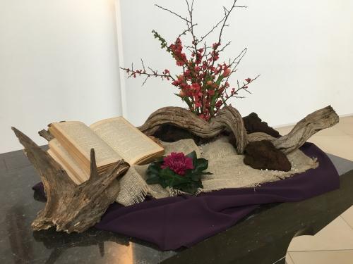 Liturgische bloemschikking zondag 1 maart 2020 (1e zondag 40-dagentijd)