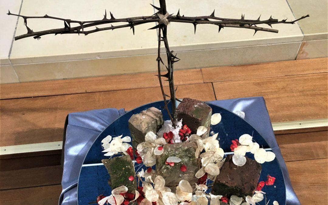 Liturgische bloemschikking – zondag 4 april 2021